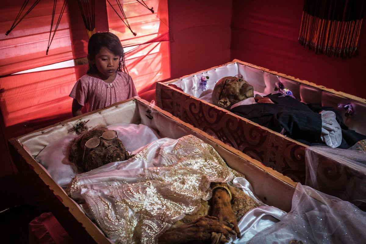 Bộ lạc văn minh nhưng có tập tục mai táng rùng rợn nhất thế giới: Sống chung với xác chết đến khi nào con cháu đủ tiền tỷ làm đám ma thì chôn - Ảnh 11.