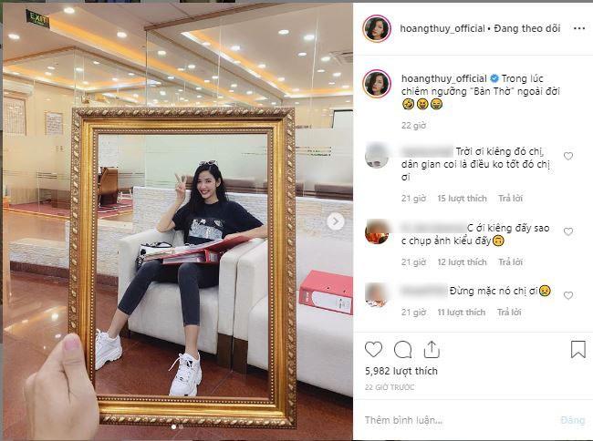 """Á hậu Hoàng Thùy gây tranh cãi khi khoe chụp ảnh cùng khung ảnh """"bàn thờ"""", netizen chỉ trích: """"Vui thôi đừng vui quá"""" - Ảnh 1."""