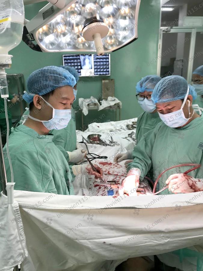 Người phụ nữ 29 tuổi phải ngủ ngồi 2 tuần, suýt mất mạng vì khối u rất  lớn ở ngực - Ảnh 2.