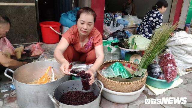 Đổ xô đi bán rượu nếp Tết Đoan Ngọ, ai cũng lãi 'khủng' - Ảnh 1.