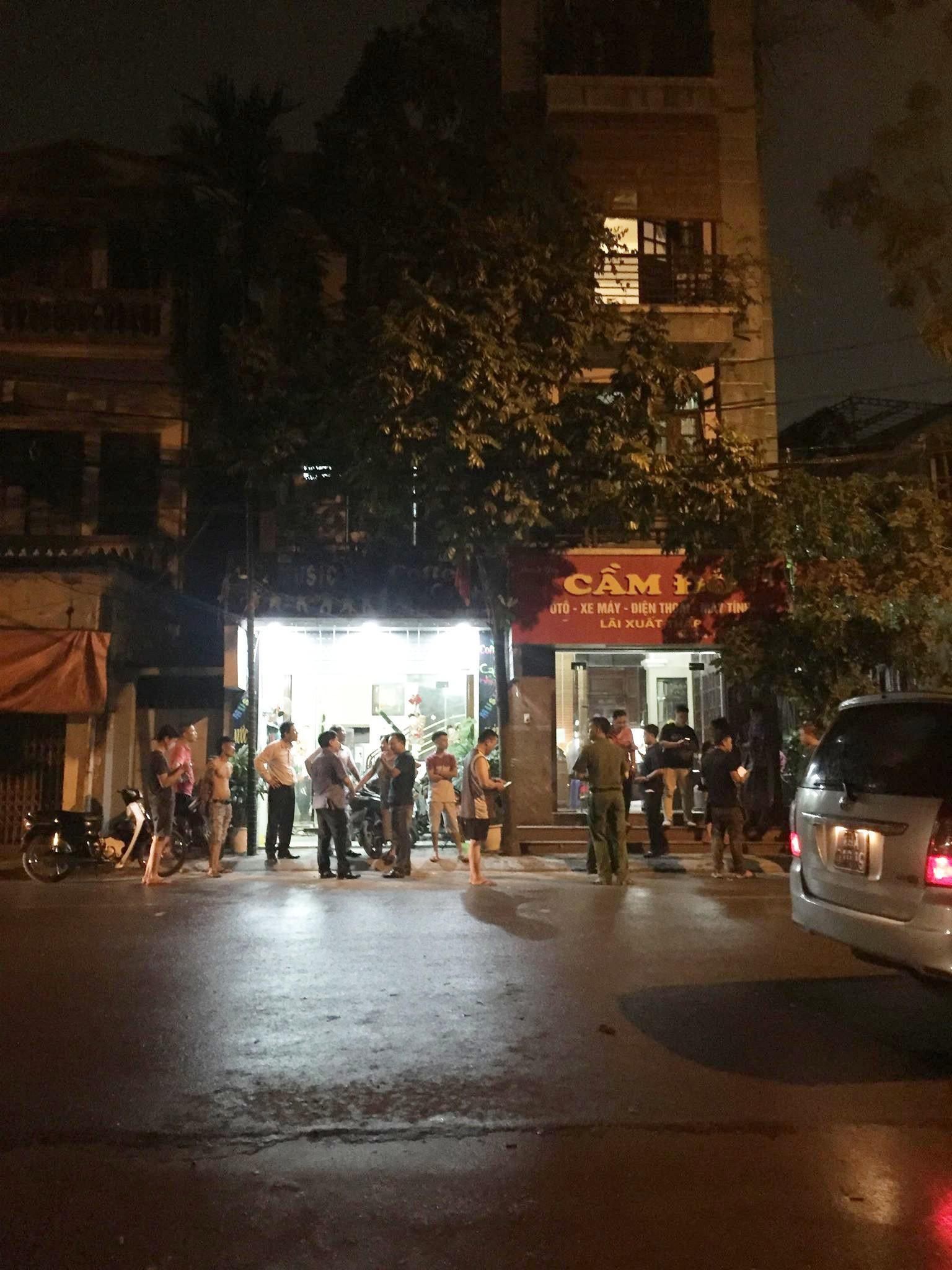 Nam thanh niên xông vào tiệm cầm đồ ở Hà Nội, đâm nữ chủ tiệm rồi kéo nạn nhân lên tầng 2 cố thủ - Ảnh 1.