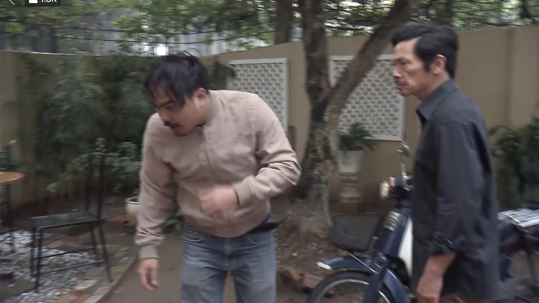 """""""Về nhà đi con"""" tập 41: Bị ông Sơn đánh chưa đủ, Khải còn bị Uyên báo công an bắt vì tội đột nhập nhà gây rối - Ảnh 8."""