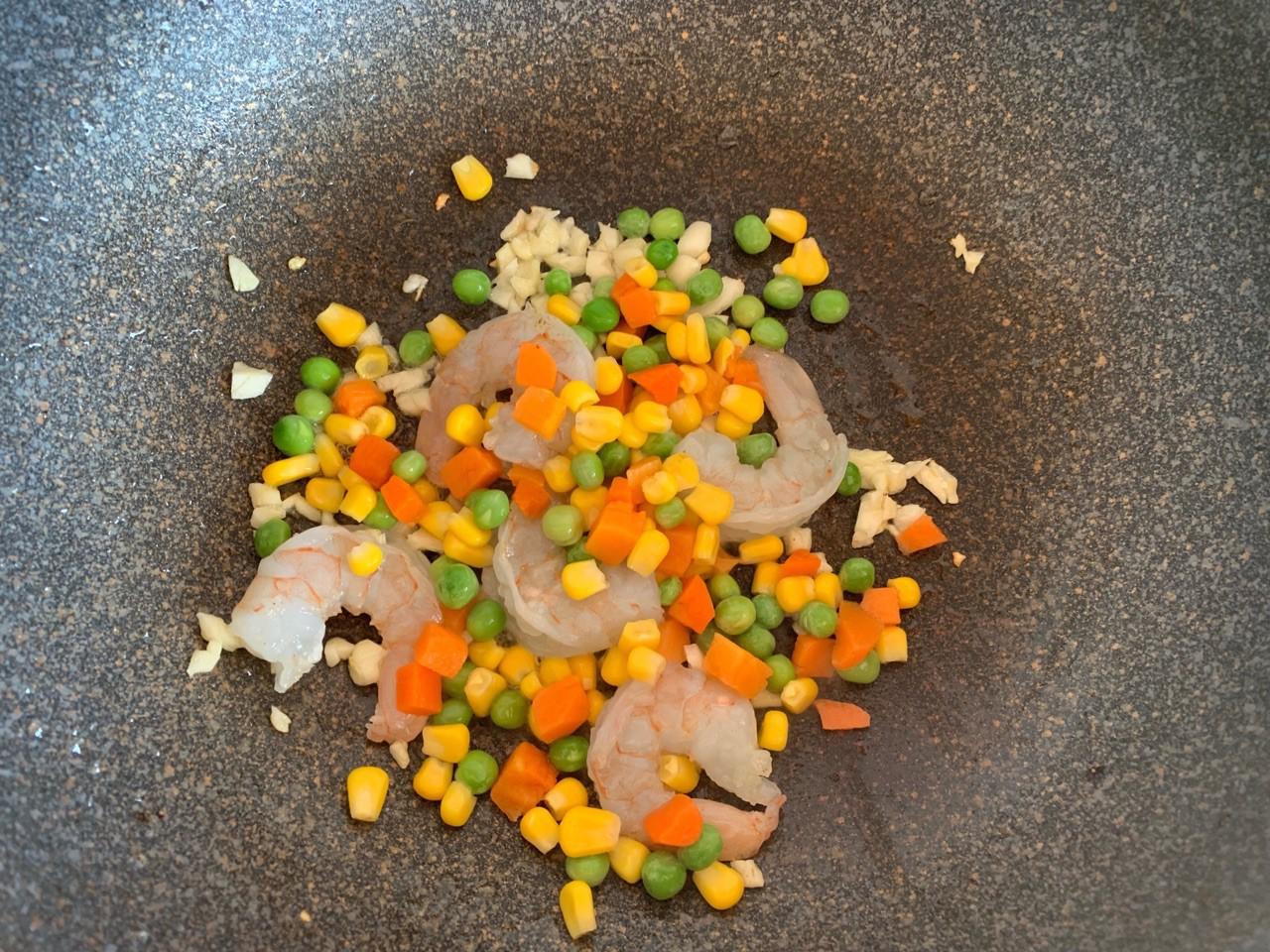 Tôm xào rau củ lạ miệng cho cơm tối cuối tuần - Ảnh 3.