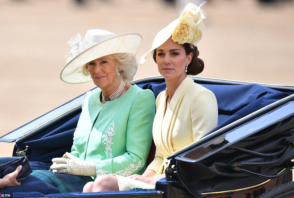 Cùng ngồi chung xe ngựa với chị dâu Kate, Meghan Markle bị dìm hàng không thương tiếc, ăn mặc như đưa đám, nhợt nhạt kém sắc - Ảnh 3.