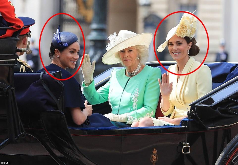 Cùng ngồi chung xe ngựa với chị dâu Kate, Meghan Markle bị dìm hàng không thương tiếc, ăn mặc như đưa đám, nhợt nhạt kém sắc - Ảnh 4.
