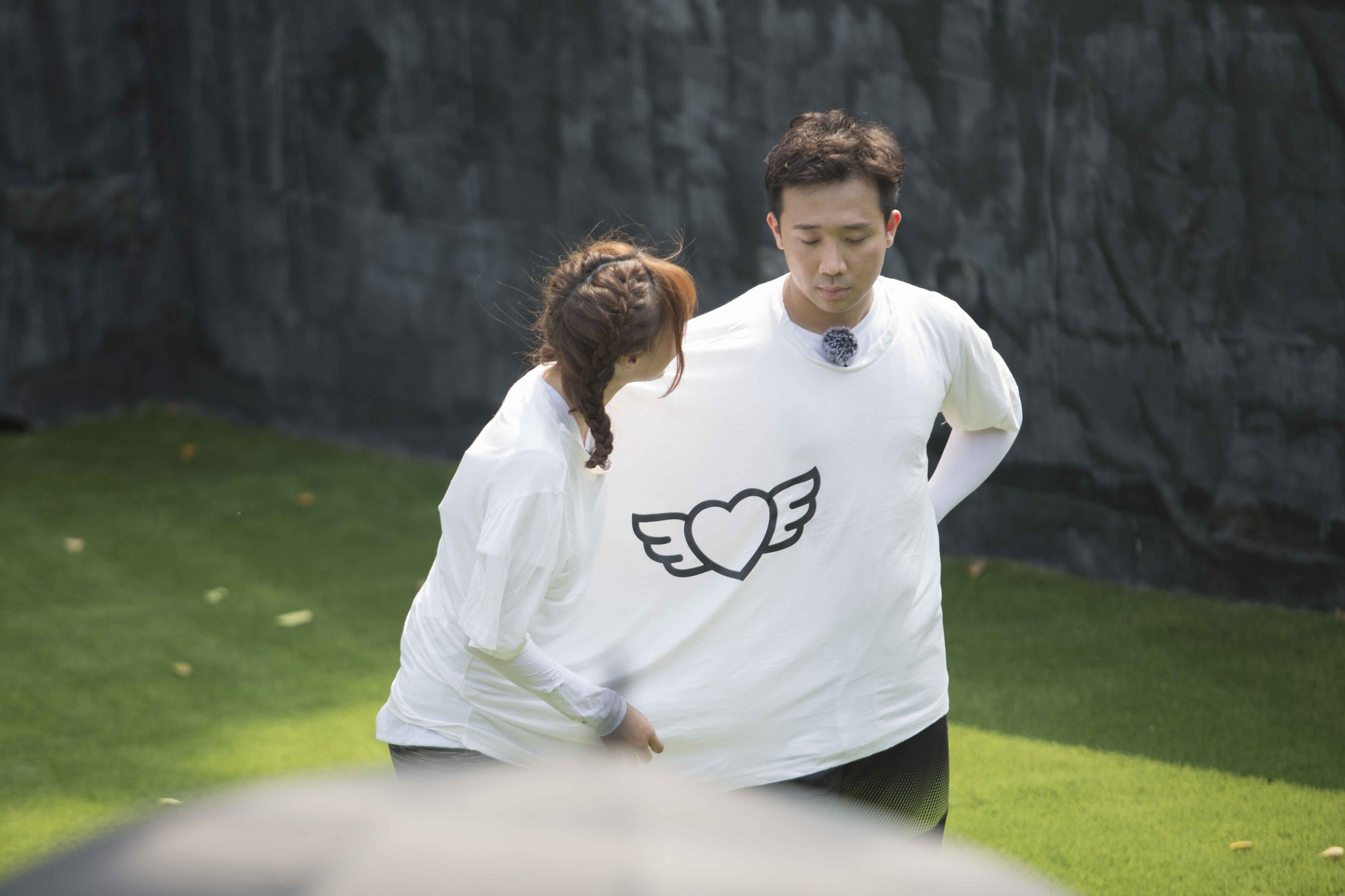 """Running Man: Trấn Thành ôm Lan Ngọc, Hari Won """"đá đểu"""" cuộc chơi thì ngắn nhưng cuộc đời thì dài - Ảnh 2."""