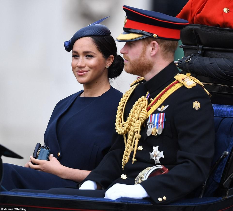 Cùng ngồi chung xe ngựa với chị dâu Kate, Meghan Markle bị dìm hàng không thương tiếc, ăn mặc như đưa đám, nhợt nhạt kém sắc - Ảnh 1.