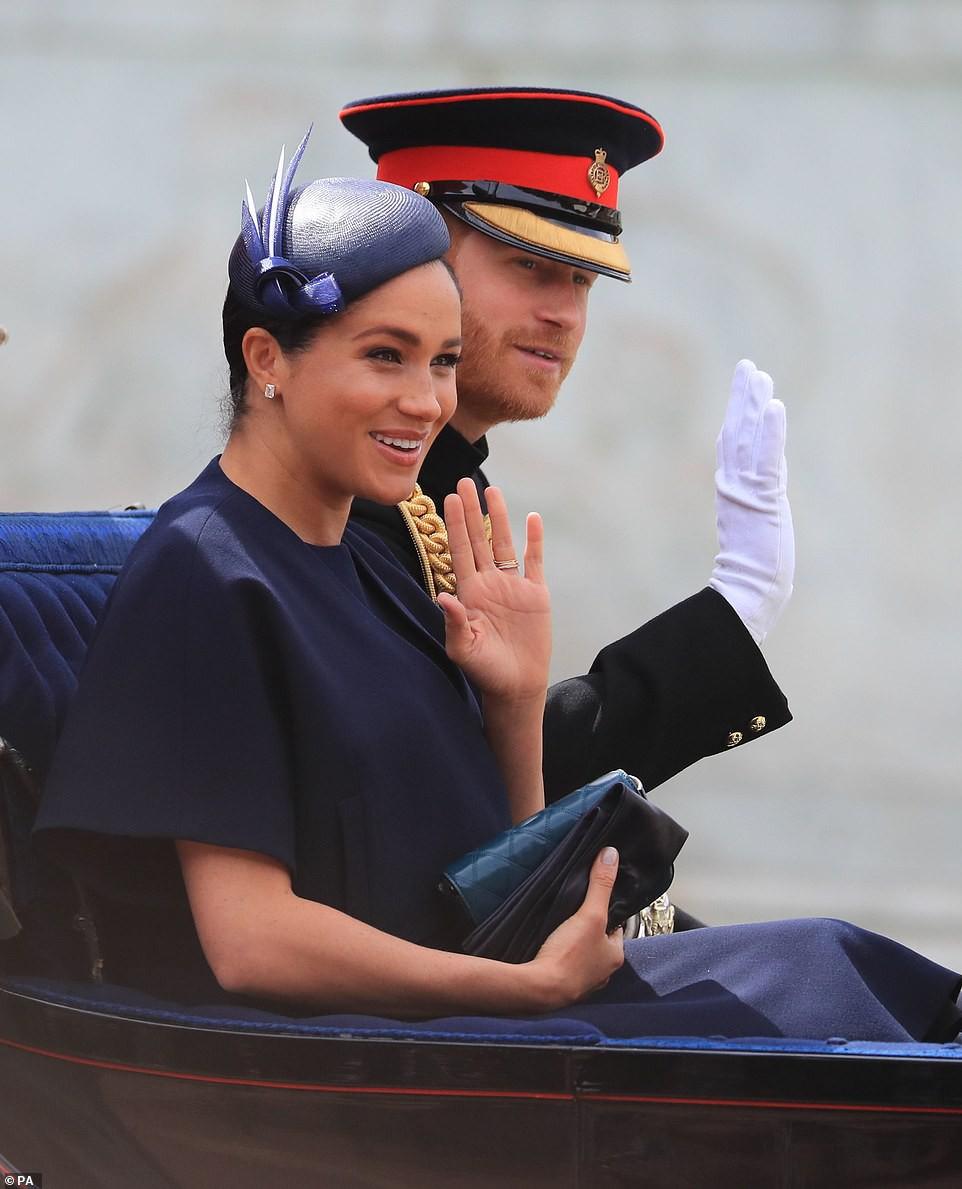 Cùng ngồi chung xe ngựa với chị dâu Kate, Meghan Markle bị dìm hàng không thương tiếc, ăn mặc như đưa đám, nhợt nhạt kém sắc - Ảnh 2.