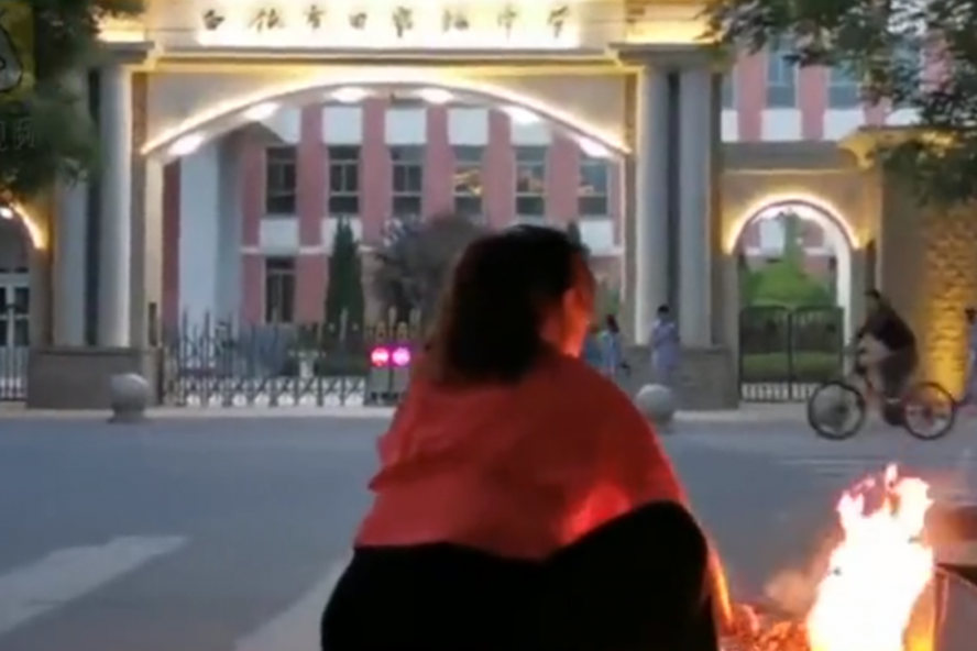 Phụ huynh Trung Quốc đốt đồ cúng ở cổng trường trước kỳ thi khốc liệt - Ảnh 1.