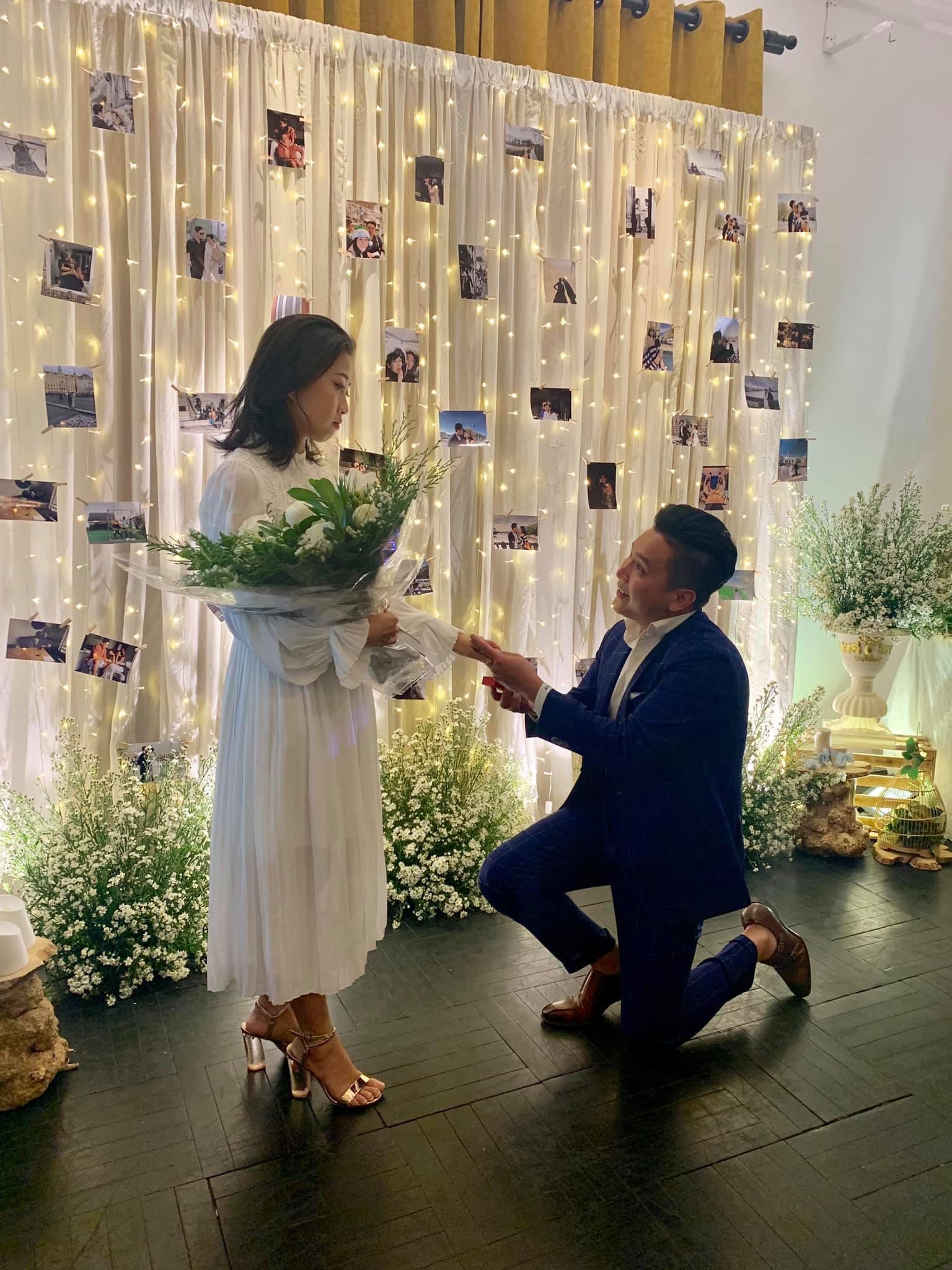 MC Liêu Hà Trinh được bạn trai kém tuổi quỳ gối cầu hôn sau thời gian yêu xa - Ảnh 1.