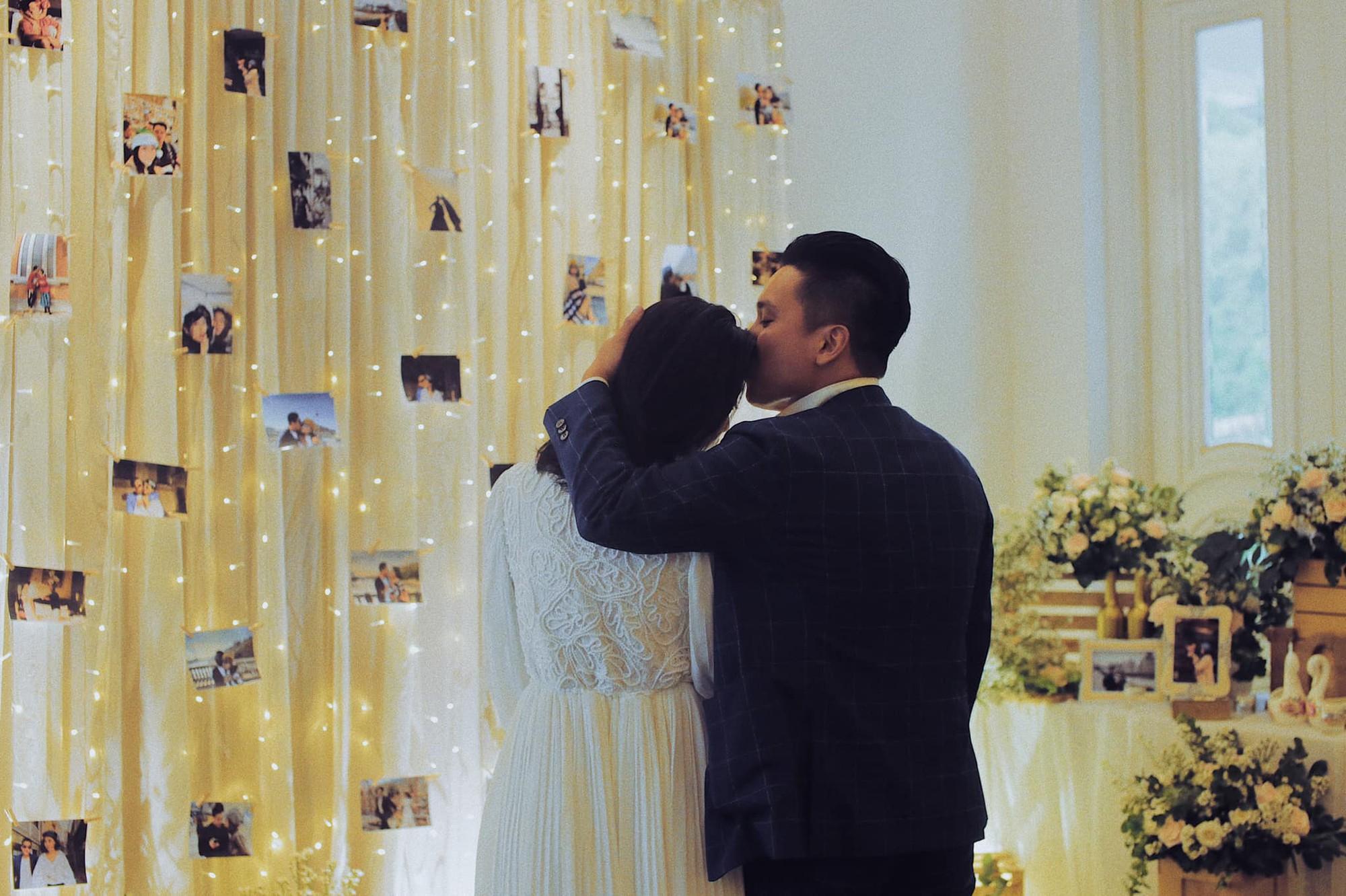 MC Liêu Hà Trinh được bạn trai kém tuổi quỳ gối cầu hôn sau thời gian yêu xa - Ảnh 2.
