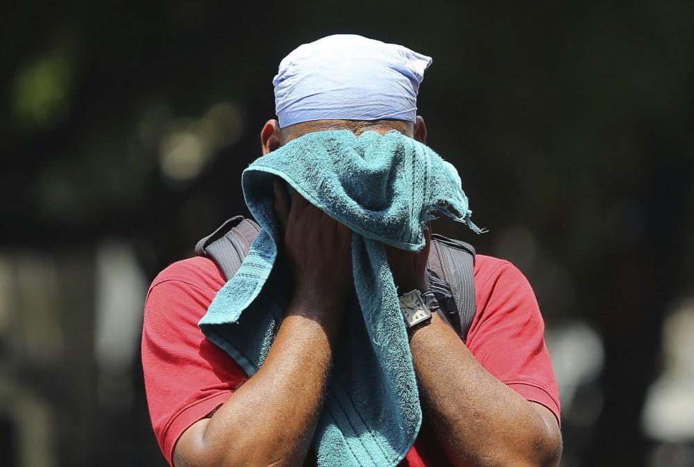 Nắng nóng gay gắt ở Ấn Độ: Đâm chết nhau vì tranh nước, hổ bỏ rừng vào làng tìm nguồn nước - Ảnh 5.