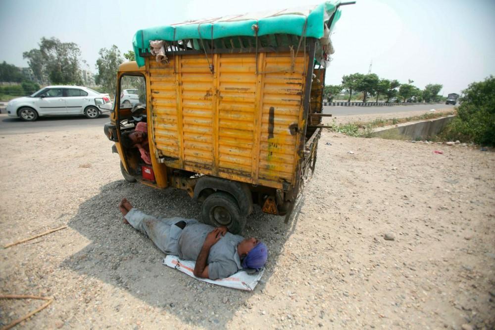 Nắng nóng gay gắt ở Ấn Độ: Đâm chết nhau vì tranh nước, hổ bỏ rừng vào làng tìm nguồn nước - Ảnh 7.