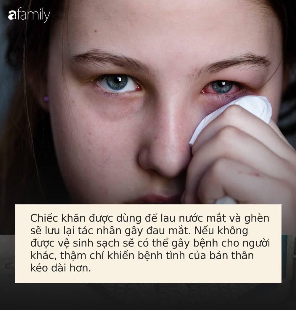 Đau mắt đỏ: Chớ dại làm 3 việc sau nếu không muốn bị loét giác mạc, mù vĩnh viễn - Ảnh 2.