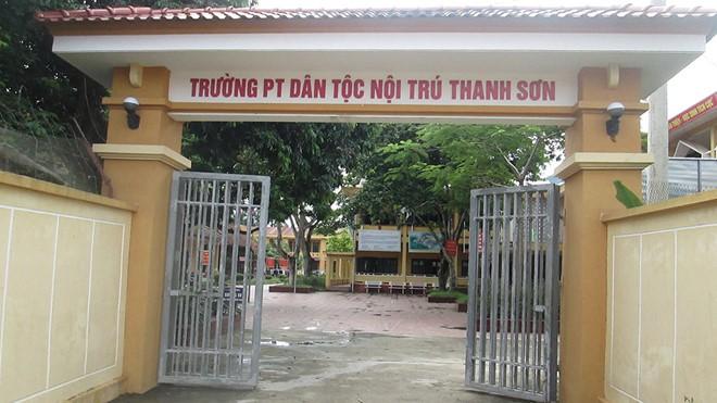 Hiệu trưởng bị tố lạm dụng tình dục hàng chục nam sinh ở Phú Thọ được cho tại ngoại - Ảnh 2.