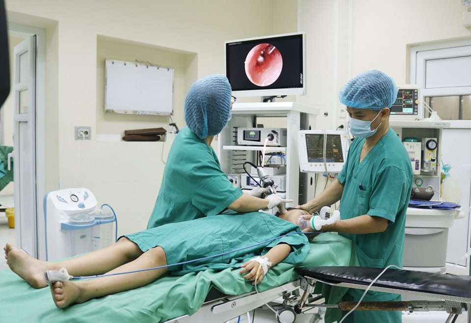 Tai đau nhức, chảy mủ lẫn máu, bé 8 tuổi được bác sĩ phát hiện có dị vật trong tai - Ảnh 1.