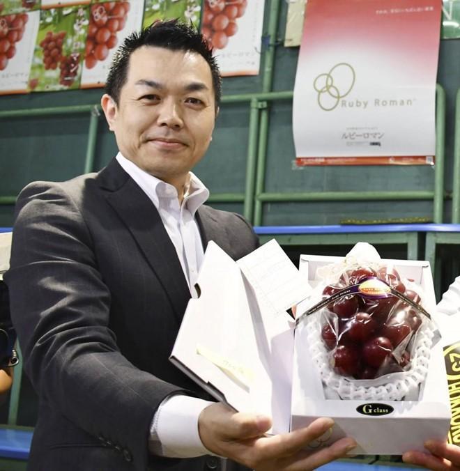 Chùm nho 250 triệu đồng, dân giàu Việt mua 1 quả về ăn thử - Ảnh 1.
