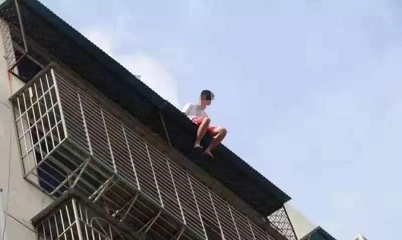 Nam thanh niên 19 tuổi ngồi thất thần trên nóc nhà 7 tầng chuẩn bị nhảy lầu tự tử và nguyên nhân đến từ chính bố mẹ anh - Ảnh 1.