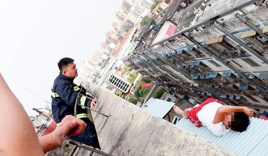 Nam thanh niên 19 tuổi ngồi thất thần trên nóc nhà 7 tầng chuẩn bị nhảy lầu tự tử và nguyên nhân đến từ chính bố mẹ anh - Ảnh 2.