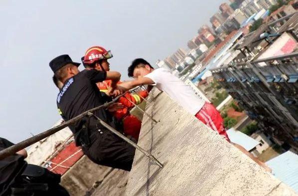 Nam thanh niên 19 tuổi ngồi thất thần trên nóc nhà 7 tầng chuẩn bị nhảy lầu tự tử và nguyên nhân đến từ chính bố mẹ anh - Ảnh 3.