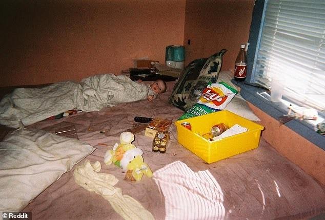 Tuổi thơ của cô gái trẻ có mẹ nghiện ngập gây xúc động mạnh: Nằm trên giường đầy kim tiêm, sống trong căn nhà hệt như bãi rác - Ảnh 1.