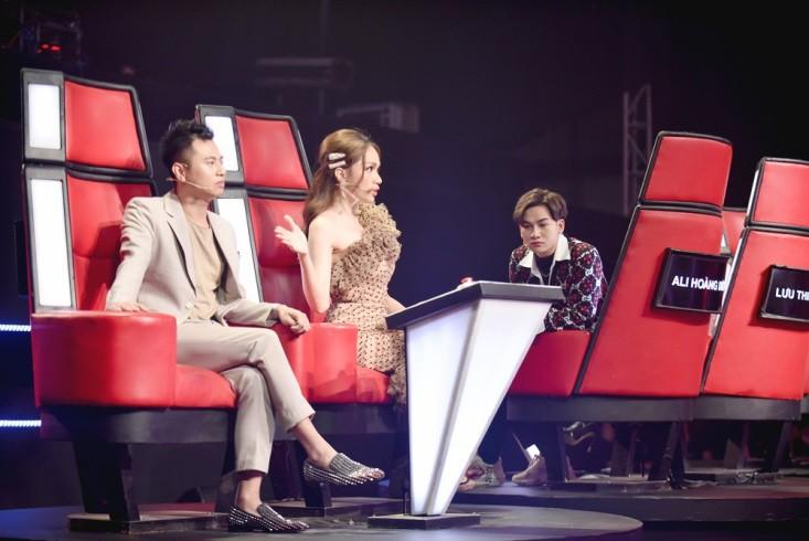 """Hoa hậu Hương Giang khẩu chiến với đàn chị trên ghế nóng The Voice Kids, chưa bao giờ nàng Hoa hậu """"dữ dằn"""" đến thế - Ảnh 2."""