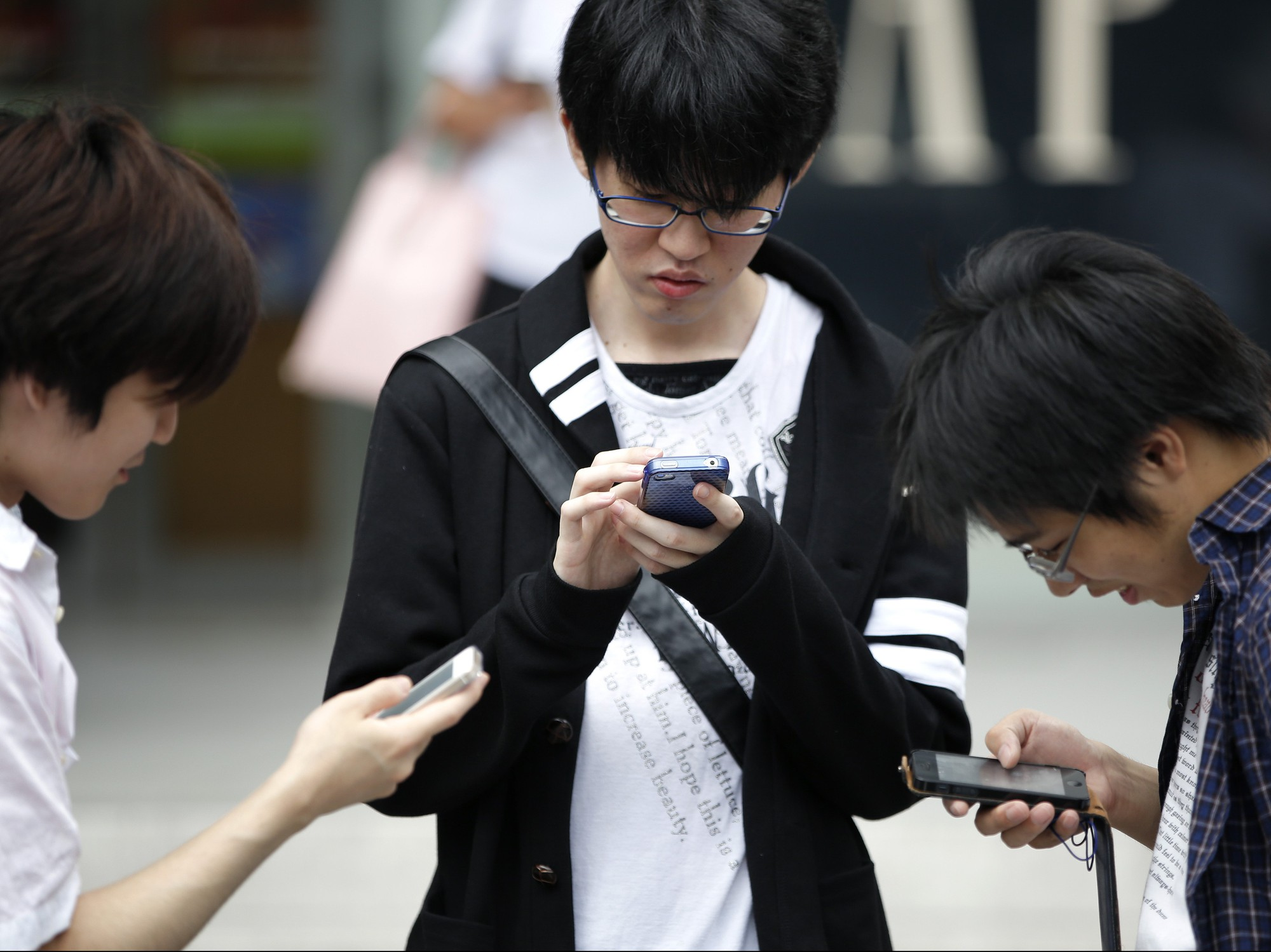 japanese-teens-mobile-e1427461709426