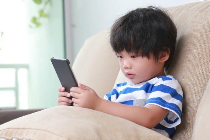 kid-on-phone