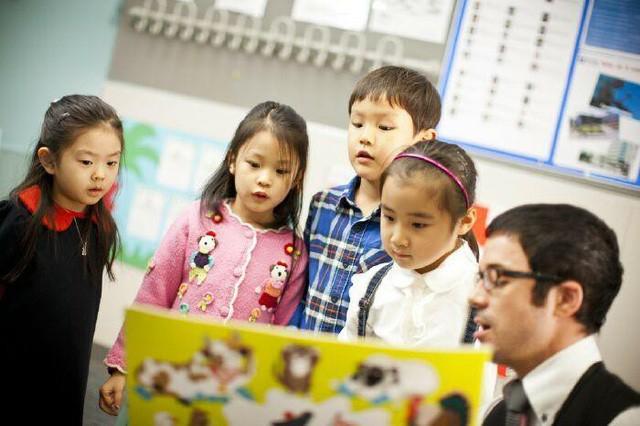 Trẻ Tiểu học học tiếng Anh: 4 khó khăn và giải pháp mà bố mẹ cần biết - Ảnh 1.