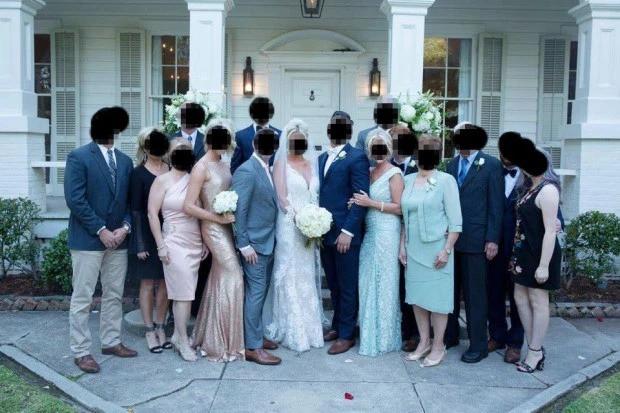 Mẹ chồng kém duyên lên đồ và làm tóc hệt cô dâu trong hôn lễ con trai, ai nhìn vào cũng tưởng nam chính cưới một lúc 2 vợ - Ảnh 1.