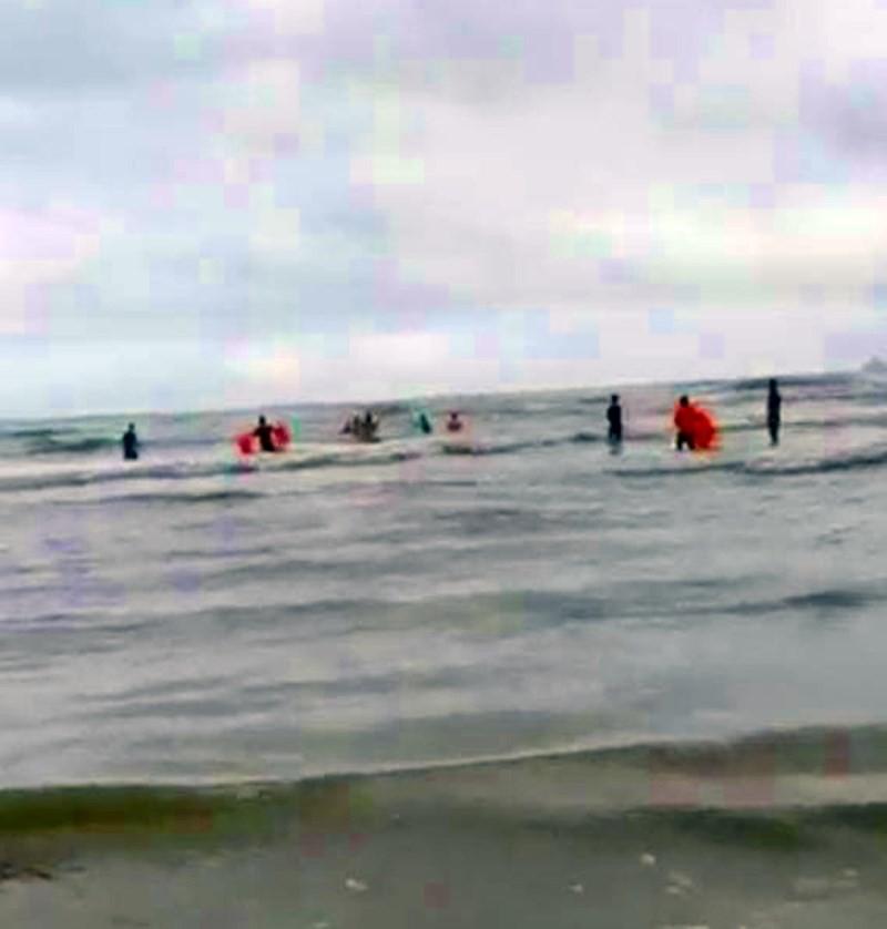 9 người bị sóng biển cuốn trôi, 4 người tử vong - Ảnh 1.