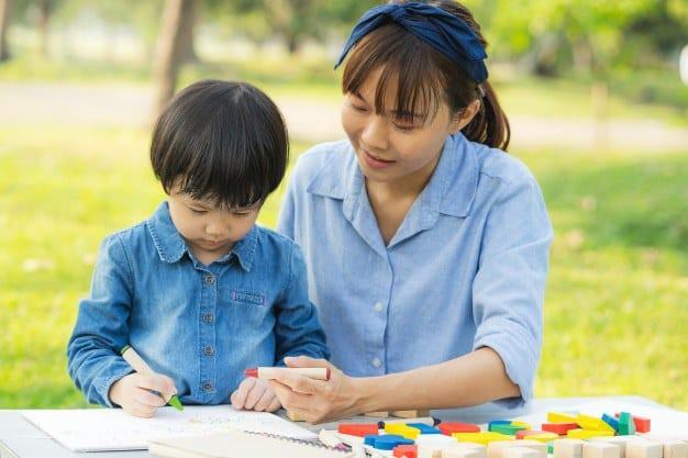asian-mum-daughter-drawing-paper-garden_42193-133