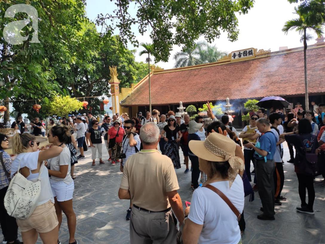 Rằm tháng 7 nhộn nhịp người cầu an tại Thủ đô Hà Nội, mặc cho trời nắng nóng vẫn nườm nượp tới chốn linh thiêng - Ảnh 10.