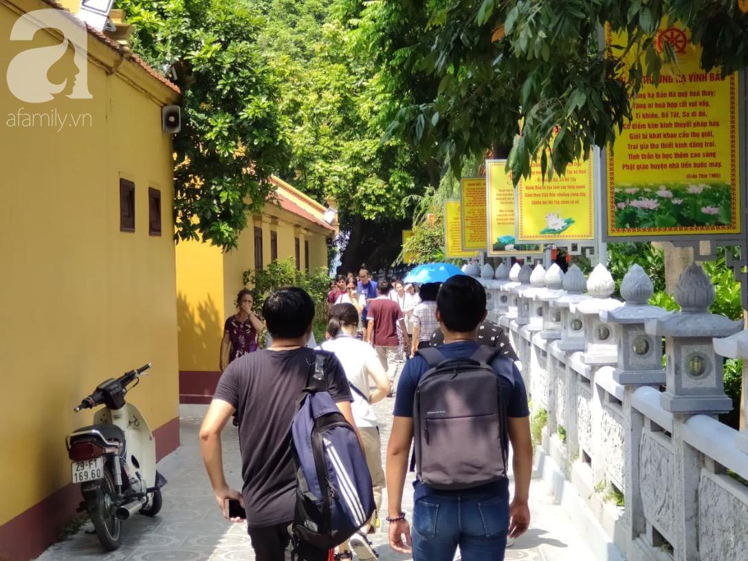 Rằm tháng 7 nhộn nhịp người cầu an tại Thủ đô Hà Nội, mặc cho trời nắng nóng vẫn nườm nượp tới chốn linh thiêng - Ảnh 4.
