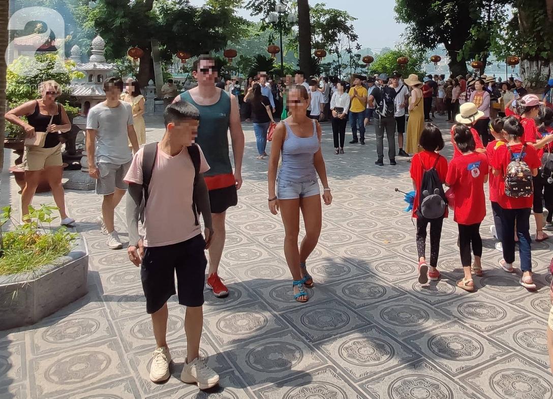 Rằm tháng 7 nhộn nhịp người cầu an tại Thủ đô Hà Nội, mặc cho trời nắng nóng vẫn nườm nượp tới chốn linh thiêng - Ảnh 3.