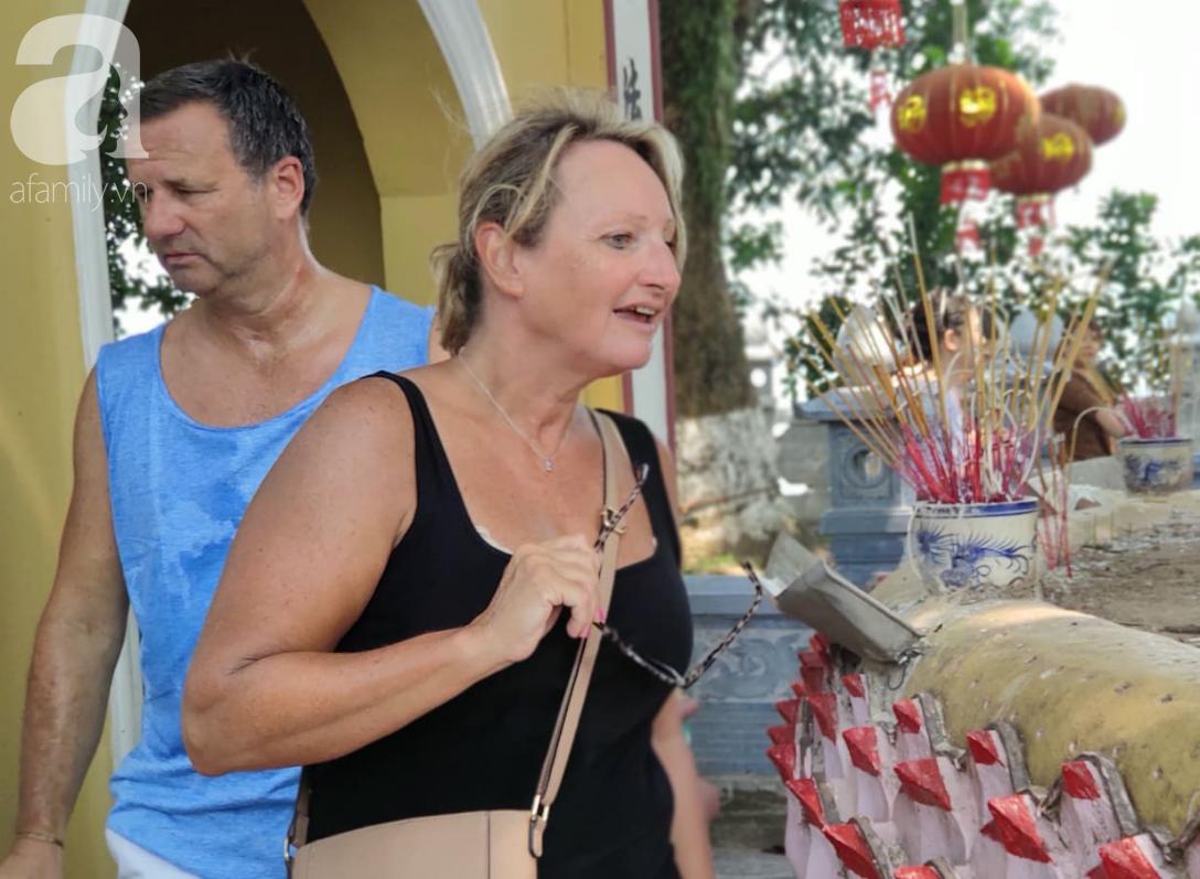 Rằm tháng 7 nhộn nhịp người cầu an tại Thủ đô Hà Nội, mặc cho trời nắng nóng vẫn nườm nượp tới chốn linh thiêng - Ảnh 11.