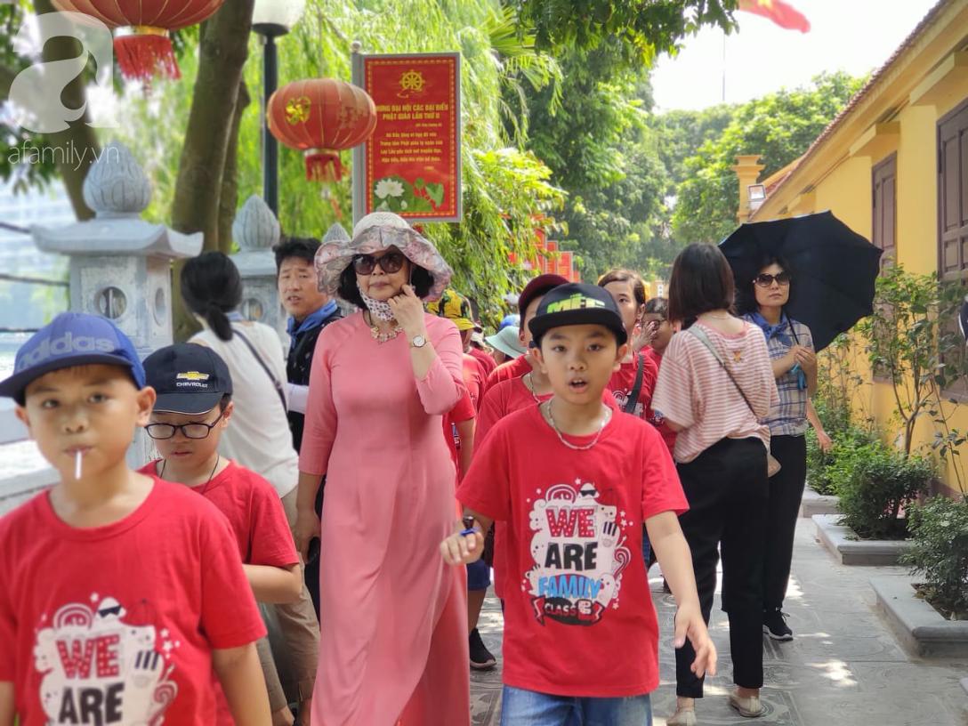 Rằm tháng 7 nhộn nhịp người cầu an tại Thủ đô Hà Nội, mặc cho trời nắng nóng vẫn nườm nượp tới chốn linh thiêng - Ảnh 5.