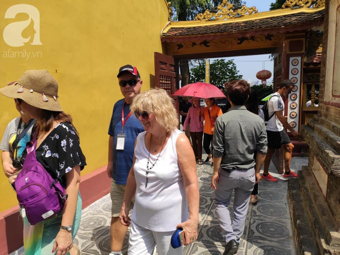 Rằm tháng 7 nhộn nhịp người cầu an tại Thủ đô Hà Nội, mặc cho trời nắng nóng vẫn nườm nượp tới chốn linh thiêng - Ảnh 9.