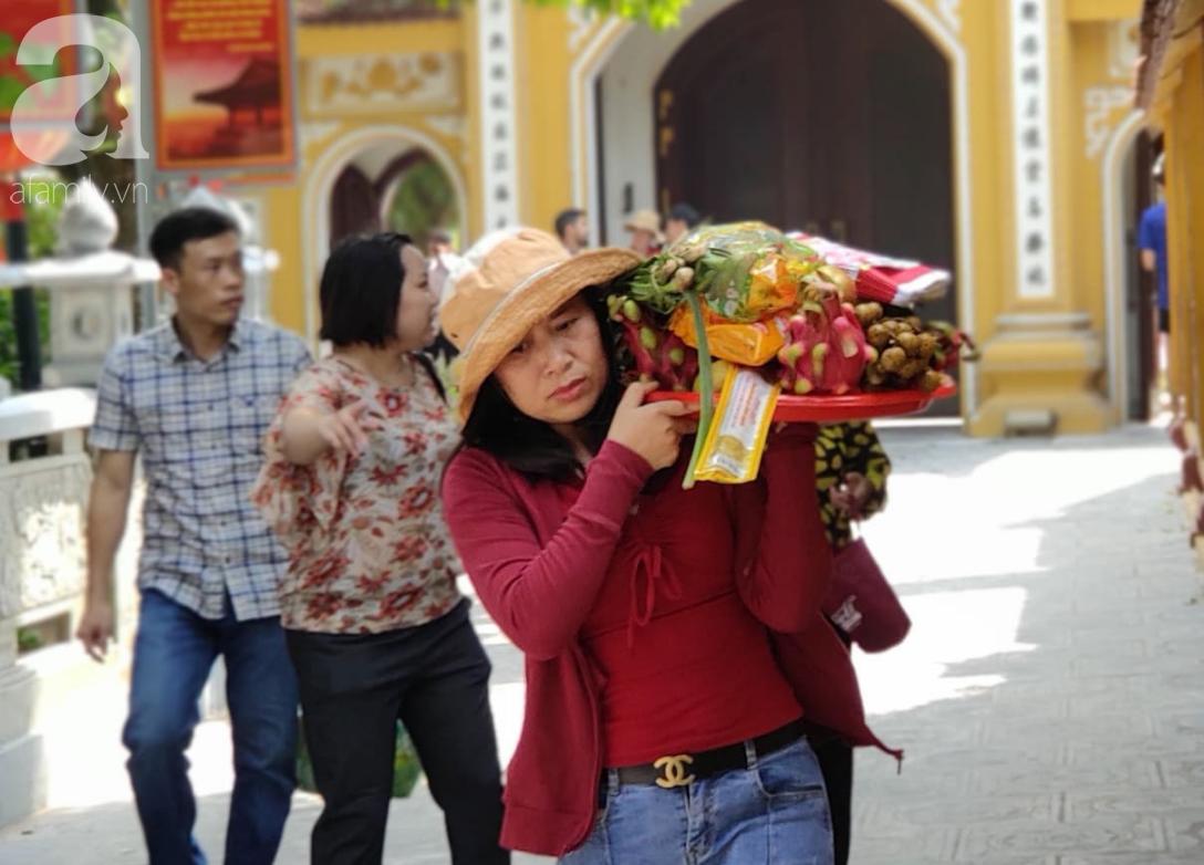 Rằm tháng 7 nhộn nhịp người cầu an tại Thủ đô Hà Nội, mặc cho trời nắng nóng vẫn nườm nượp tới chốn linh thiêng - Ảnh 7.