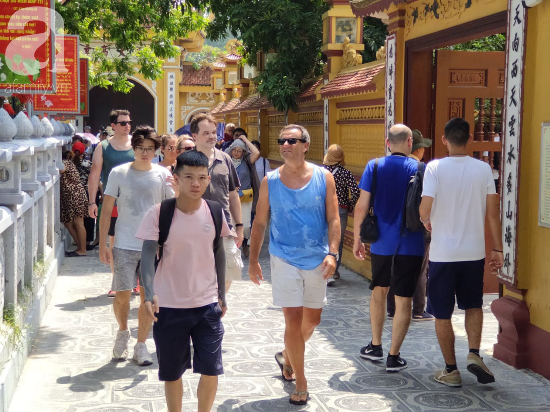 Rằm tháng 7 nhộn nhịp người cầu an tại Thủ đô Hà Nội, mặc cho trời nắng nóng vẫn nườm nượp tới chốn linh thiêng - Ảnh 8.