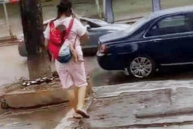 Thót tim nhìn cảnh bà mẹ địu con đi trên đường, chỉ 1 sơ suất nhỏ mà bé có nguy cơ rơi ngã bất cứ lúc nào