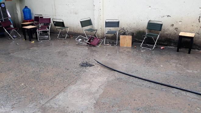 Người đàn ông ngồi uống cà phê trên vỉa hè ở Sài Gòn bị điện giật tử vong - Ảnh 1.