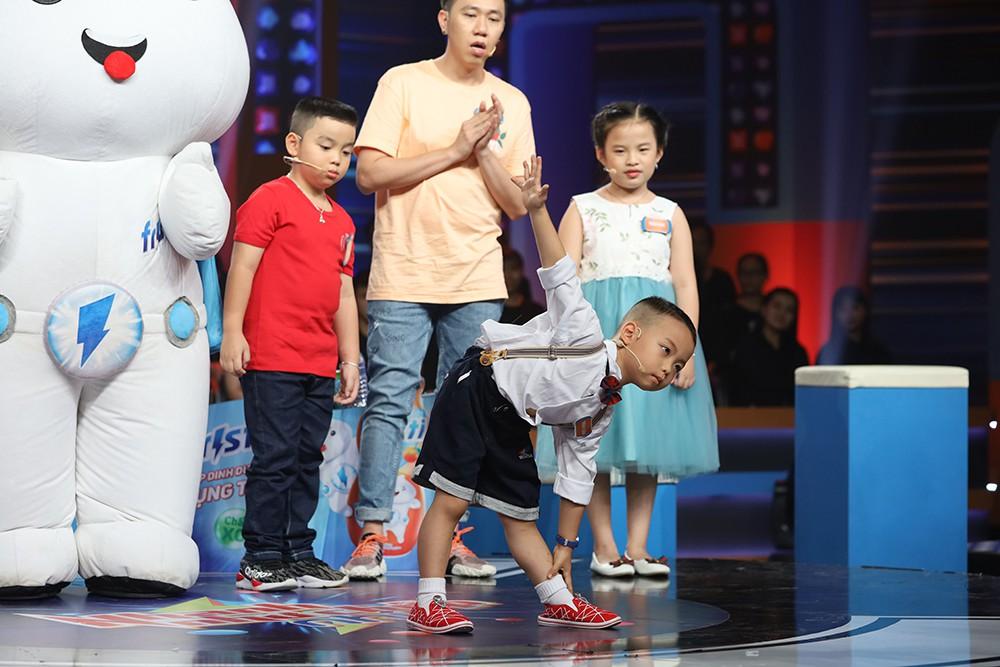 HTV2 - Sieu nhi Thanh Luan the hien dong tac yoga