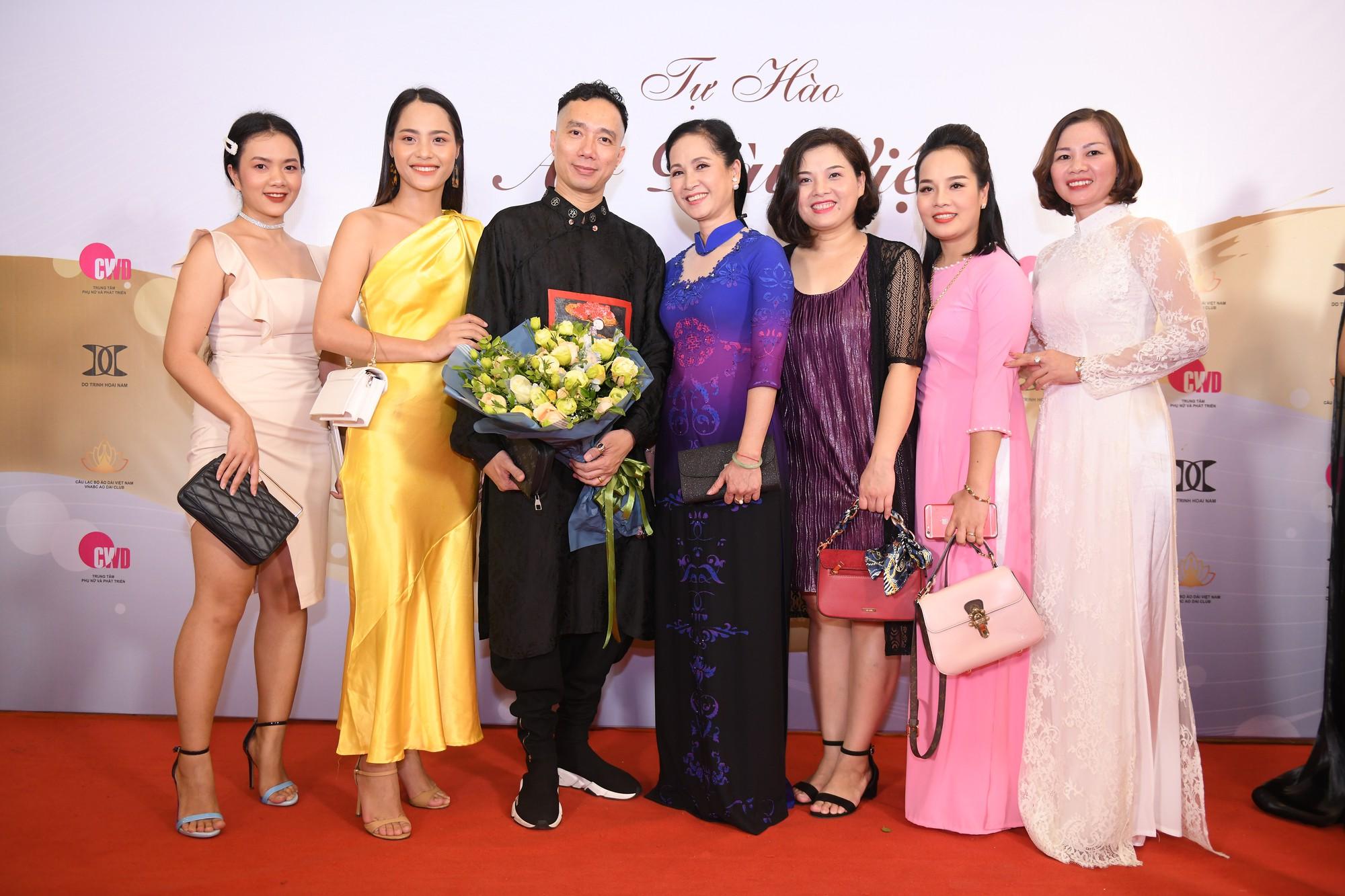 NTK Đỗ Trịnh Hoài Nam cùng  NSND Lan Hương  và đoàn nhà hát kịch