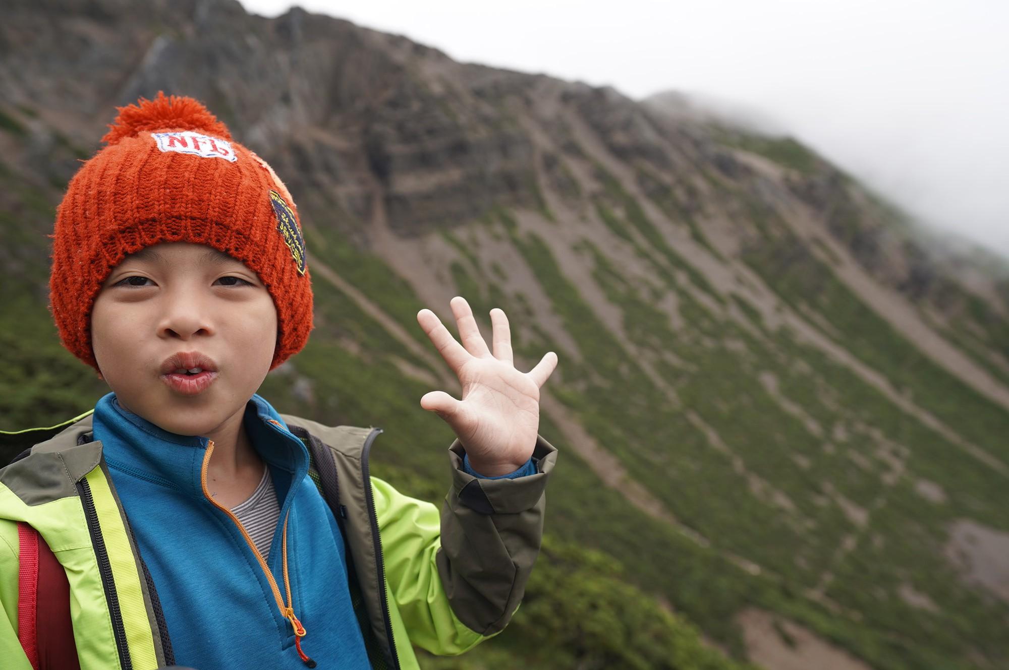 Cậu bé 8 tuổi chinh phục đỉnh núi cao 3952m để hoàn thành tâm nguyện cuối cùng của mẹ - Ảnh 5.