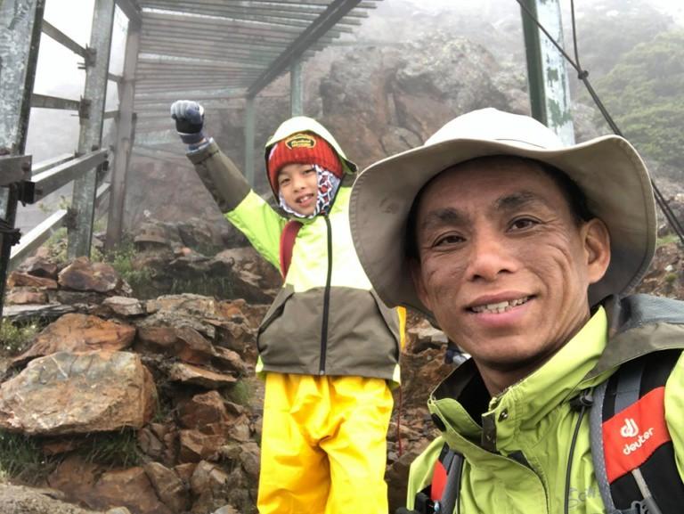 Cậu bé 8 tuổi chinh phục đỉnh núi cao 3952m để hoàn thành tâm nguyện cuối cùng của mẹ - Ảnh 1.
