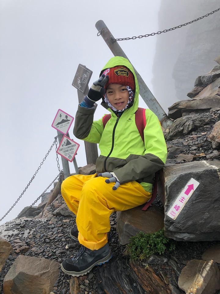Cậu bé 8 tuổi chinh phục đỉnh núi cao 3952m để hoàn thành tâm nguyện cuối cùng của mẹ - Ảnh 2.