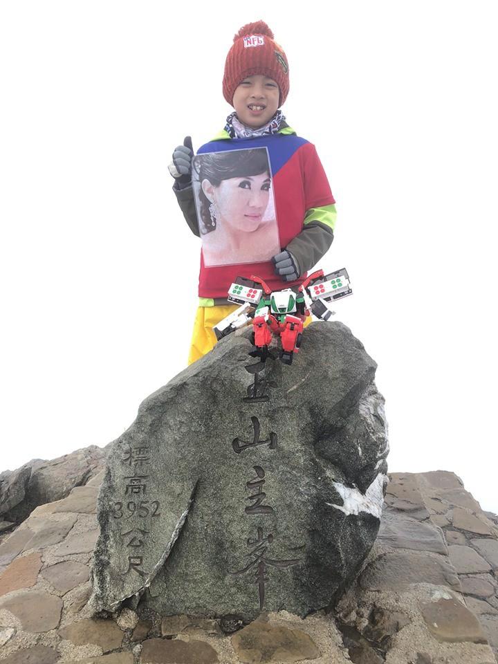 Cậu bé 8 tuổi chinh phục đỉnh núi cao 3952m để hoàn thành tâm nguyện cuối cùng của mẹ - Ảnh 3.