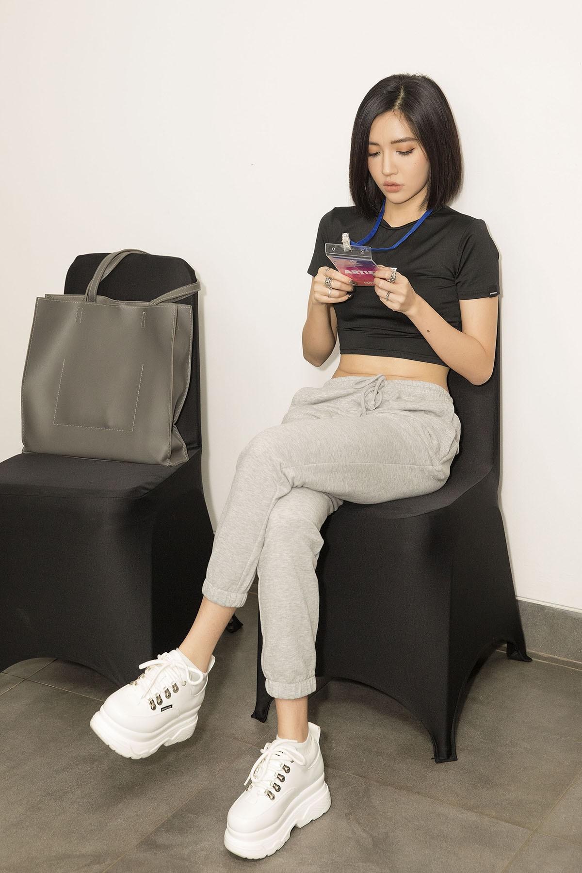 """Cần gì sexy như trong """"Đi đu đưa đi"""", Bích Phương mặc quần thun thôi cũng khiến fan """"trố mắt"""""""