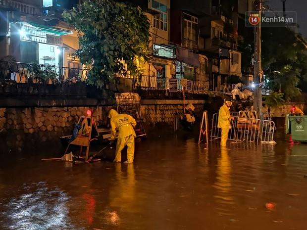 Phố Phùng Hưng ngập nặng phải dựng rào chắn ngăn phương tiện - Ảnh 11.